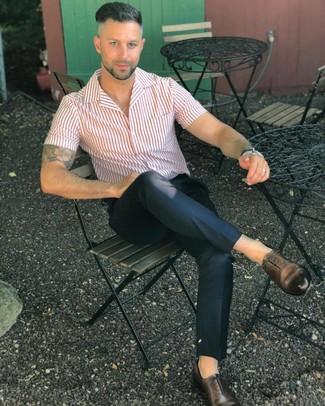 Cómo combinar: camisa de manga corta de rayas verticales en blanco y rojo, pantalón chino negro, zapatos oxford de cuero en marrón oscuro
