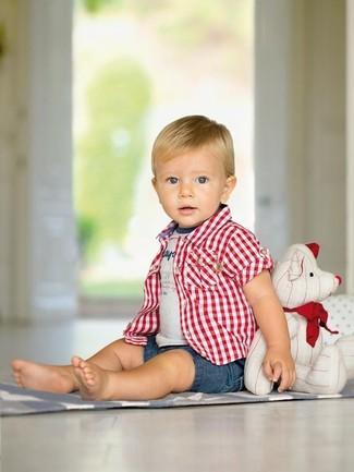 Cómo combinar: camisa de manga corta de tartán roja, camiseta estampada gris, pantalones cortos vaqueros azules