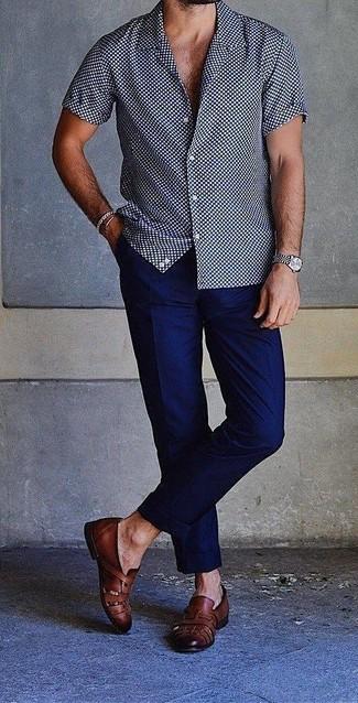 Cómo combinar: camisa de manga corta a lunares en azul marino y blanco, pantalón chino azul marino, mocasín de cuero negro, reloj plateado