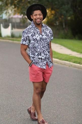 Cómo combinar: camisa de manga corta estampada en blanco y negro, pantalones cortos rosados, mocasín de cuero marrón, sombrero de lana negro
