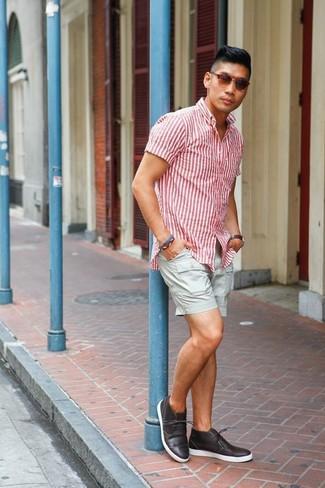 Cómo combinar: camisa de manga corta de rayas verticales en blanco y rojo, pantalones cortos grises, botas safari de cuero en marrón oscuro, gafas de sol marrónes