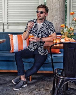 Cómo combinar: camisa de manga corta estampada en negro y blanco, camiseta con cuello circular de malla blanca, pantalón chino azul marino, zapatos derby de cuero azul marino
