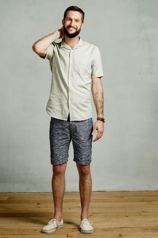 Cómo combinar: camisa de manga corta en verde menta, pantalones cortos estampados azules, tenis de lona en beige, pulsera de cuero en marrón oscuro