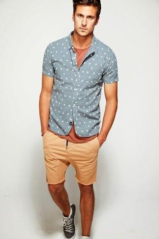 Cómo combinar: camisa de manga corta a lunares gris, camiseta con cuello circular en tabaco, pantalones cortos marrón claro, zapatillas altas en gris oscuro