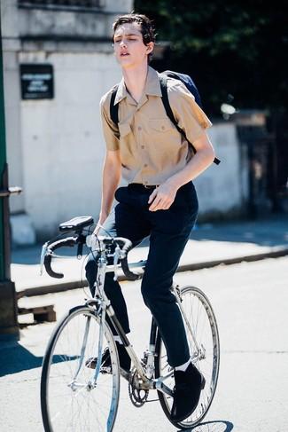 Cómo combinar: camisa de manga corta marrón claro, pantalón chino azul marino, botas safari de ante negras, mochila de lona azul marino