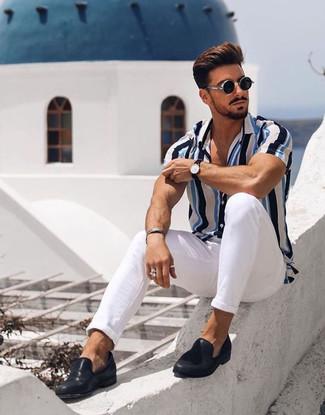 Cómo combinar: camisa de manga corta de rayas verticales en blanco y azul, pantalón chino blanco, mocasín de cuero negro, gafas de sol negras