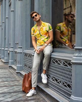 Cómo combinar: camisa de manga corta estampada naranja, pantalón chino gris, tenis blancos, bolsa tote de cuero marrón