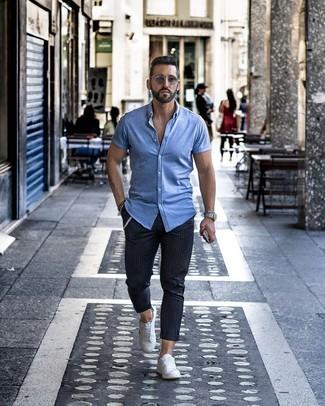 Cómo combinar: camisa de manga corta celeste, pantalón chino de rayas verticales azul marino, tenis blancos, gafas de sol grises