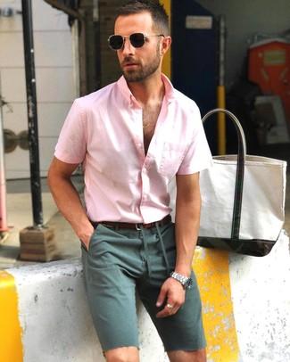 Cómo combinar: camisa de manga corta rosada, pantalones cortos verde oscuro, correa de cuero en marrón oscuro, gafas de sol negras