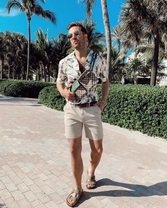 Look de moda: Camisa de manga corta con print de flores blanca, Pantalones cortos en beige, Sandalias de cuero grises, Riñonera de lona estampada marrón