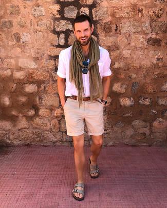 Cómo combinar: camisa de manga corta rosada, pantalones cortos en beige, sandalias de ante grises, correa de cuero marrón