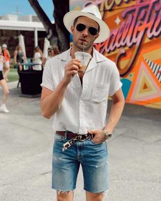 Cómo combinar: camisa de manga corta de rayas verticales blanca, pantalones cortos vaqueros azules, sombrero de paja blanco, correa de ante de leopardo en beige