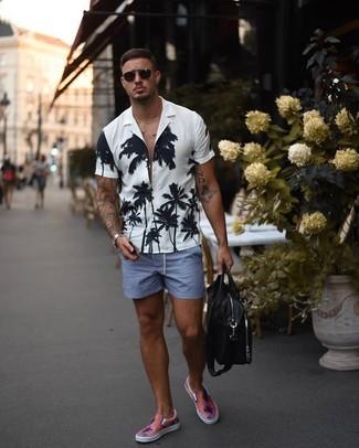 Cómo combinar: camisa de manga corta con print de flores en blanco y negro, pantalones cortos azules, zapatillas slip-on rosadas, bolso mensajero de cuero negro
