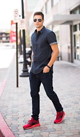 Cómo combinar: camisa de manga corta azul marino, vaqueros azul marino, deportivas rojas, gafas de sol negras