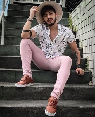 Cómo combinar: camisa de manga corta con print de flores blanca, vaqueros pitillo rosados, tenis de cuero marrónes, reloj de cuero negro