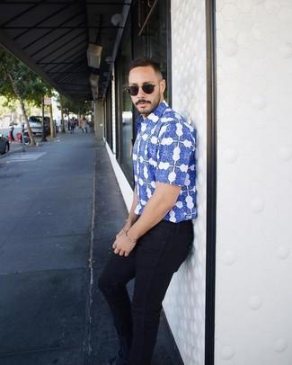 Cómo combinar: camisa de manga corta estampada azul, vaqueros pitillo azul marino, tenis de ante azul marino, gafas de sol negras