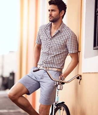Cómo combinar: camisa de manga corta a cuadros violeta claro, pantalones cortos violeta claro, correa de cuero en beige, reloj de cuero marrón