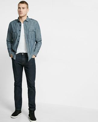 Cómo combinar: camisa de manga larga de cambray azul, camiseta con cuello en v blanca, vaqueros azul marino, zapatillas altas negras