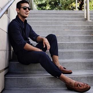 Cómo combinar: camisa de manga larga azul marino, pantalón chino azul marino, mocasín con borlas de cuero marrón, gafas de sol negras