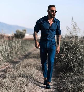 Cómo combinar: camisa de manga larga azul marino, pantalón de vestir azul marino, mocasín con borlas de cuero negro, gafas de sol negras