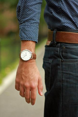 Cómo combinar: camisa de manga larga a lunares azul marino, vaqueros azul marino, correa de cuero marrón, reloj de cuero marrón