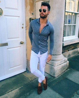 Cómo combinar: camisa de manga larga azul marino, vaqueros pitillo blancos, mocasín con borlas de ante en marrón oscuro, gafas de sol negras