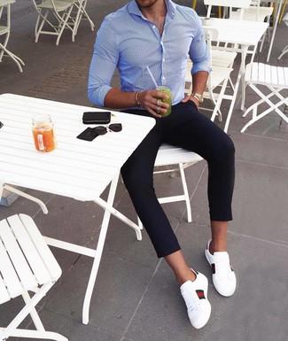 Cómo combinar: camisa de manga larga de rayas verticales azul, pantalón chino azul marino, tenis de cuero estampados blancos, reloj dorado