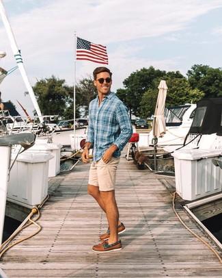 Cómo combinar: camisa de manga larga de tartán azul, pantalones cortos en beige, náuticos de cuero marrónes, gafas de sol negras