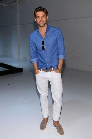 Cómo combinar: camisa de manga larga azul, vaqueros blancos, mocasín de ante gris, calcetines invisibles
