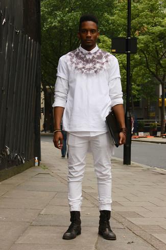 Cómo combinar: camisa de manga larga blanca, camiseta con cuello circular estampada en blanco y negro, vaqueros blancos, botas casual de cuero negras