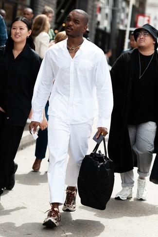Cómo combinar: camisa de manga larga blanca, pantalón chino blanco, deportivas en beige, bolsa de viaje de cuero negra