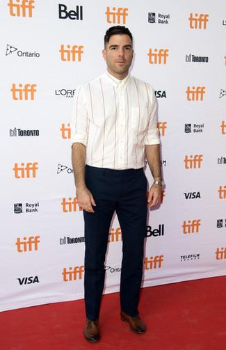 Cómo combinar: camisa de manga larga de rayas verticales blanca, pantalón de vestir azul marino, zapatos derby de cuero marrónes, reloj plateado
