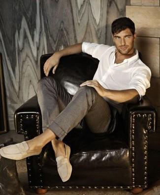 Cómo combinar: camisa de manga larga blanca, pantalón de vestir de lana gris, mocasín de cuero en beige