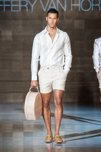 Cómo combinar: camisa de manga larga de rayas verticales blanca, pantalones cortos en beige, mocasín de cuero marrón claro, bolsa tote de cuero en beige