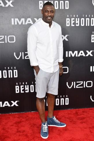 Cómo combinar: camisa de manga larga blanca, pantalones cortos grises, zapatillas altas de ante azules, reloj dorado