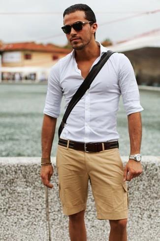 Cómo combinar: camisa de manga larga blanca, pantalones cortos marrón claro, correa de cuero en marrón oscuro