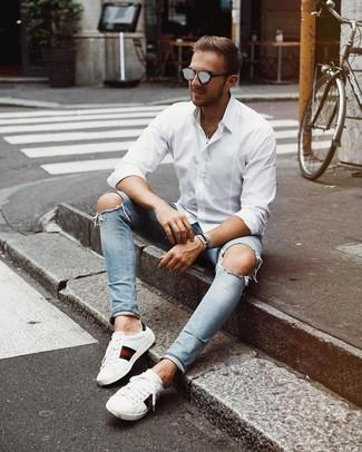 Cómo combinar: camisa de manga larga blanca, vaqueros pitillo desgastados celestes, tenis de cuero estampados blancos, gafas de sol grises