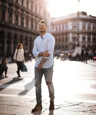 Cómo combinar: camisa de manga larga blanca, vaqueros pitillo desgastados grises, botas casual de ante marrónes, reloj plateado