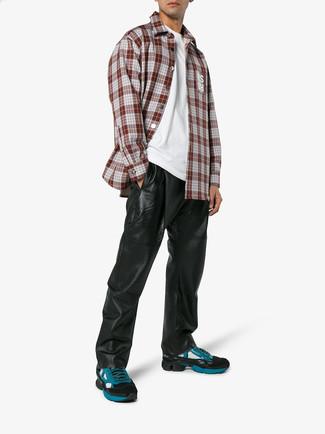 Cómo combinar: camisa de manga larga de tartán burdeos, camiseta con cuello circular blanca, pantalón de chándal de cuero negro, deportivas en verde azulado