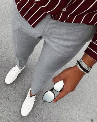 Cómo combinar: camisa de manga larga de rayas verticales burdeos, pantalón de vestir gris, tenis de cuero blancos, pulsera plateada