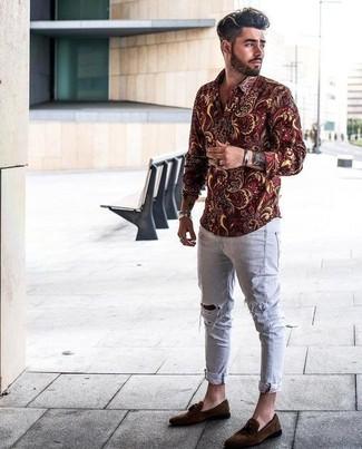 Cómo combinar: camisa de manga larga con print de flores burdeos, vaqueros pitillo desgastados grises, mocasín con borlas de ante en marrón oscuro, pulsera plateada