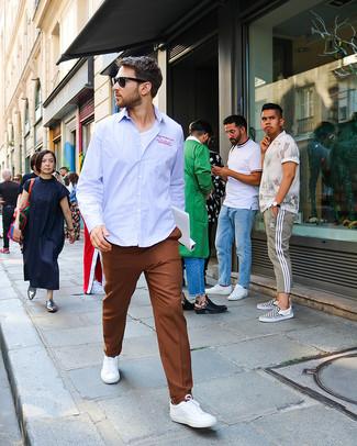 Cómo combinar: camisa de manga larga de rayas verticales celeste, camiseta con cuello circular blanca, pantalón de vestir marrón, tenis blancos