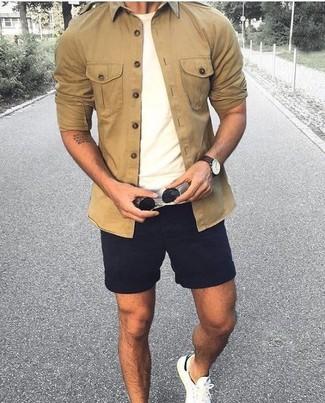 Cómo combinar: camisa de manga larga marrón claro, camiseta con cuello circular blanca, pantalones cortos negros, tenis blancos