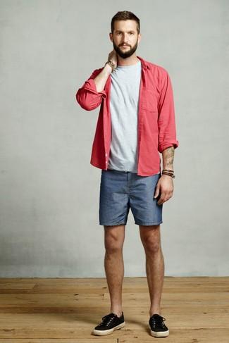 Cómo combinar: camisa de manga larga roja, camiseta con cuello circular gris, pantalones cortos vaqueros azules, tenis de lona negros