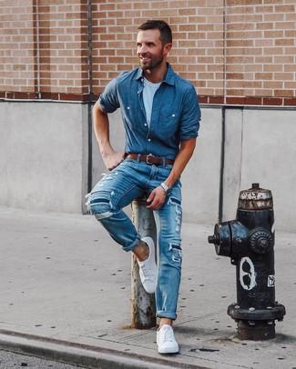 Cómo combinar: camisa de manga larga de cambray a lunares azul, camiseta con cuello circular blanca, vaqueros desgastados azules, tenis blancos