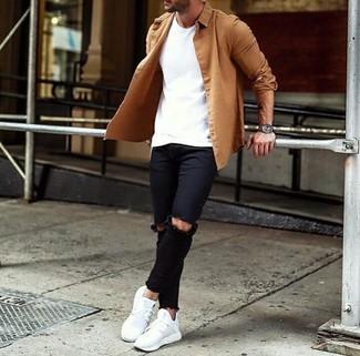 Cómo combinar: camisa de manga larga marrón claro, camiseta con cuello circular blanca, vaqueros pitillo desgastados negros, deportivas blancas