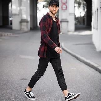 Cómo combinar: camisa de manga larga de franela a cuadros en rojo y negro, camiseta con cuello en v negra, pantalón chino negro, tenis negros