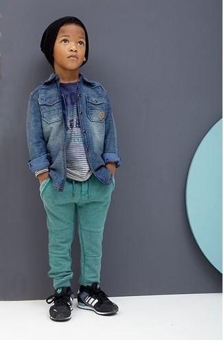 Cómo combinar: camisa de manga larga vaquera azul, camiseta azul, pantalón de chándal verde, zapatillas negras