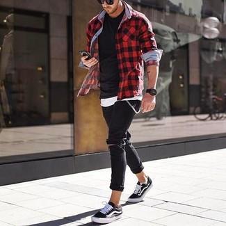 Cómo combinar: camisa de manga larga de cuadro vichy en rojo y negro, camiseta sin mangas blanca, camiseta con cuello circular negra, vaqueros pitillo desgastados negros