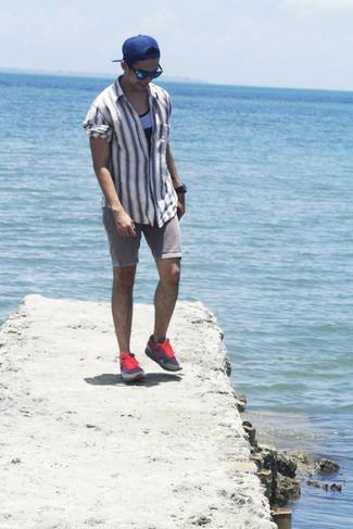 Cómo combinar: camisa de manga larga de rayas verticales gris, camiseta sin mangas gris, pantalones cortos vaqueros grises, deportivas rosadas